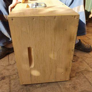 Hier, toute la journée ça était que du boulot !   Après avoir perdu mes 2 ruches, nous avons pu tout nettoyer, brûler le bois de la ruche pour éviter une éventuelle contamination future.   Puis il y a eu aussi les câbles des cadres que j'ai retendu, mis de la cire.   Et durant toute la journée, j'ai peint avec l'aide de mon père les 2 ruches qui ne l'était pas encore ainsi que en total 5 hausses.   Le tout supervisé par un magnifique bourdon !   Avant hier, nous avions fait la peinture des 2 nouvelles ruches, au couleur violet lavande et bleu azure.   Sur celle-ci il y en a une qui est verte anis et la seconde, jaune citron !   En outre, tout est propre, tout est quasiment prêt pour commencer ma toute première saison en tant qu'apiculteur.   #abeille #auvergne #apiculture #apiculteur #fleur #ruche #jaune #vert #violet #bleu #bourdon #hiver #2021